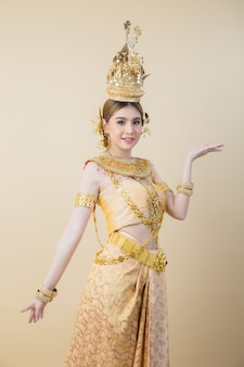 Frau, die typisches thailändisches kleid trägt