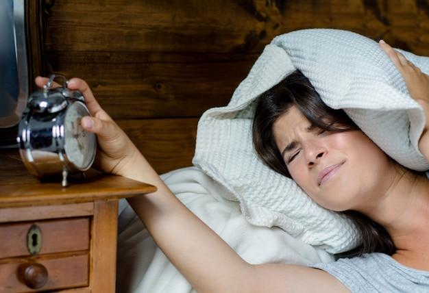 Frau, die über das frühe aufwachen betont wird