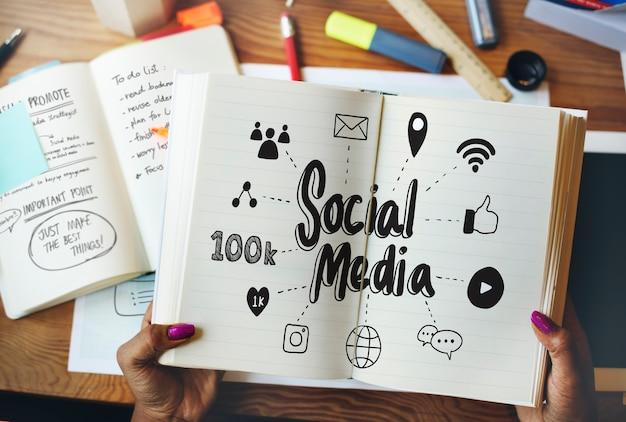 Frau, die über social media rom ein buch liest