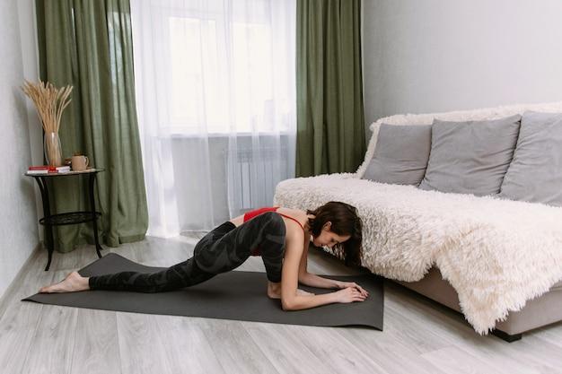 Frau, die übungen aerobic macht, die mit gymnastik aufwärmen