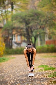 Frau, die übungen auf dem park tut