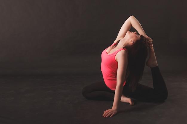 Frau, die übungen ausdehnend tut