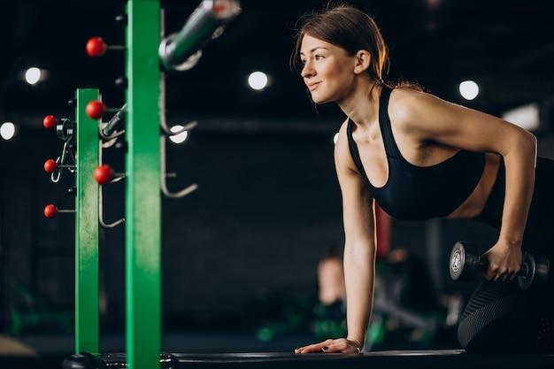 Frau, die übungen im fitnessstudio macht