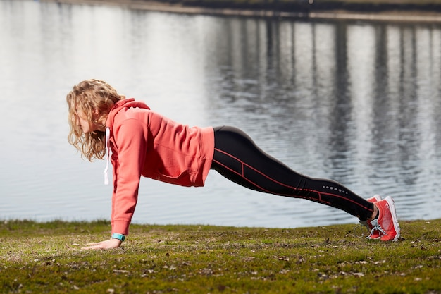 Frau, die übungen in im freien tut