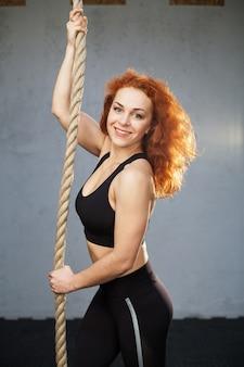 Frau, die übungen mit einem seil tut