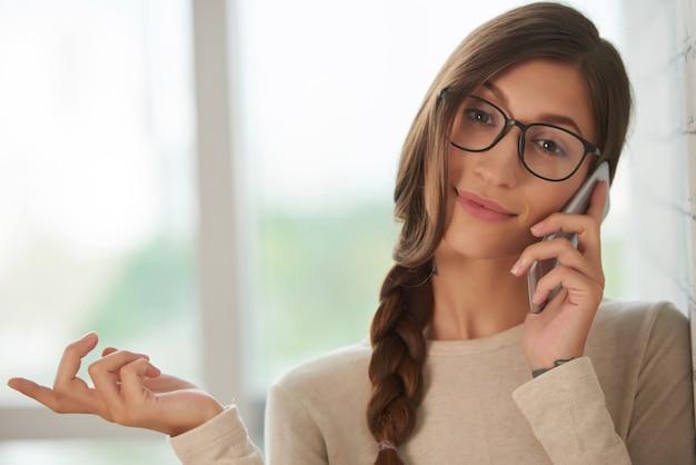 Frau, die um smartphone ersucht