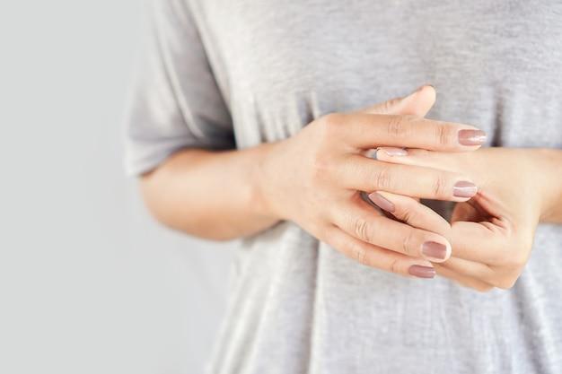 Frau, die unter hand- und fingerschmerzen leidet