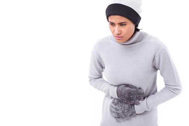 Frau, die unter magenschmerzen, übelkeit, bauchproblem leidet