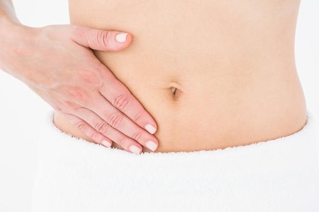 Frau, die unter menstruationsschmerz leidet