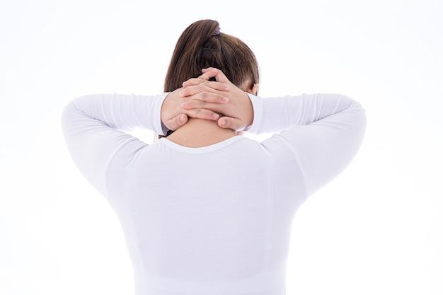 Frau, die unter nacken- und rückenschmerzen leidet