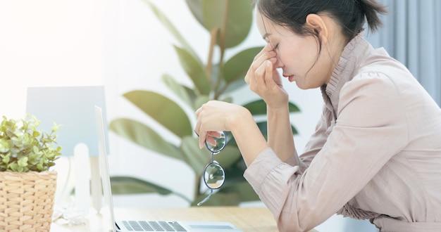 Frau, die unter panikattacken oder kopfschmerzen leidet.