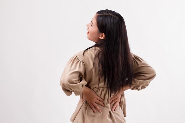 Frau, die unter rückenschmerzen, rückgrat- oder rückenmuskelverletzung leidet