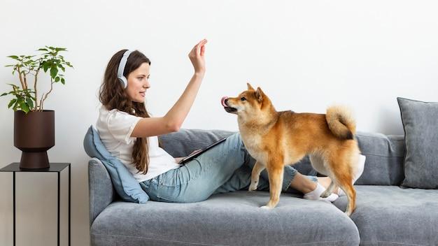 Frau, die versucht, sich neben ihrem hund zu konzentrieren