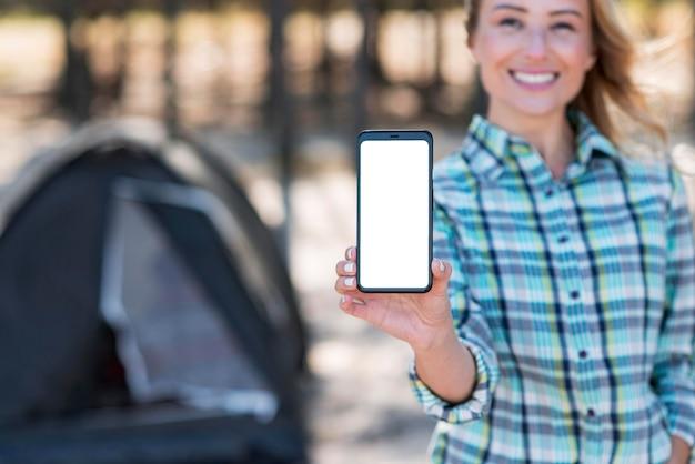 Frau, die vertikales kopienraum-mobiltelefon hält