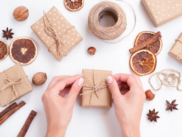 Frau, die verzierte geschenkboxen macht