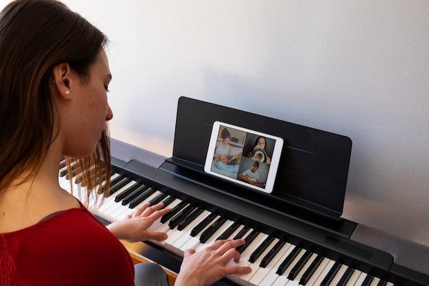 Frau, die video-chat mit freunden hat und musik spielt