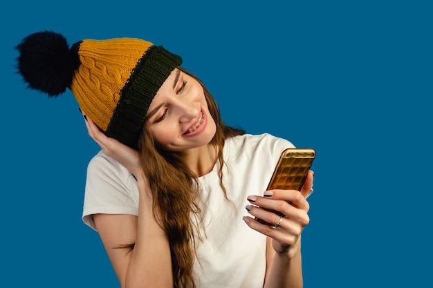 Frau, die videoanruf mit einem telefon macht. glückliche lächelnde frau, die mit freunden auf videochat spricht.