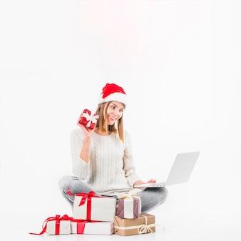 Frau, die videoanruf mit laptop macht