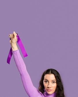 Frau, die violettes band in ihrer hand hält