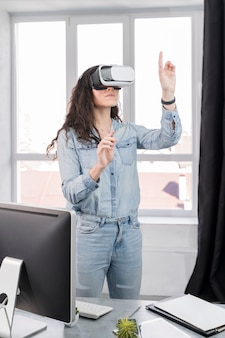 Frau, die virtual-reality-headset drinnen verwendet