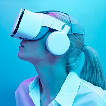 Frau, die virtual-reality-simulator trägt