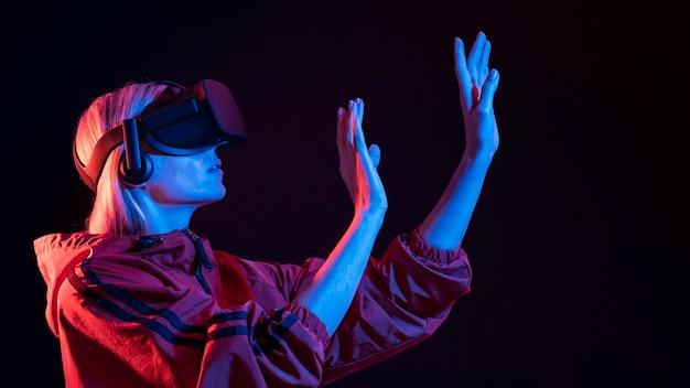 Frau, die virtuelle realität erlebt