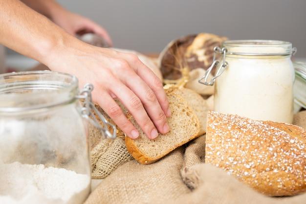 Frau, die vollkorn-toast arrangiert