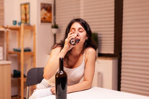 Frau, die vom leben enttäuscht ist und ein problem mit alkoholismus hat