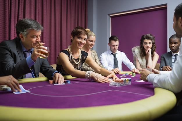 Frau, die vom pokerspiel oben schaut