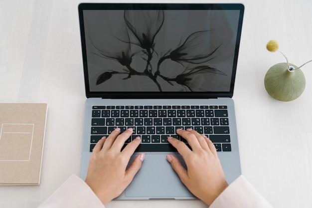 Frau, die von zu hause aus an einem laptop arbeitet