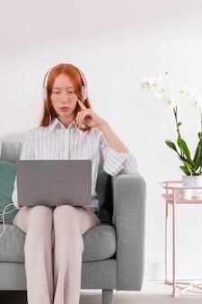 Frau, die von zu hause mit laptop arbeitet