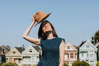 Frau, die vor den gemalten Damen von San Francisco, USA steht