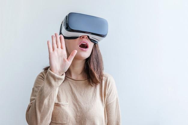 Frau, die vr-brillenhelm-headset der virtuellen realität trägt