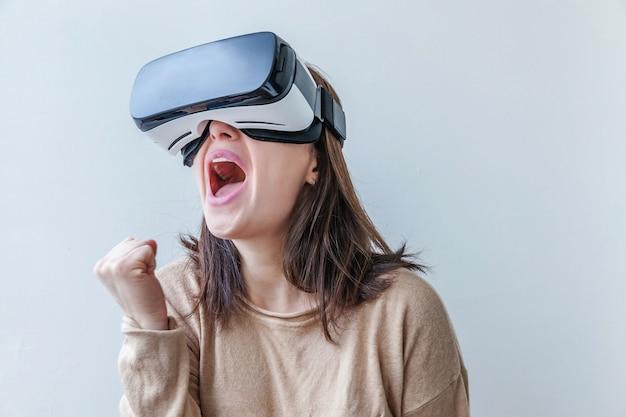 Frau, die vr-brillenhelm-headset der virtuellen realität verwendet