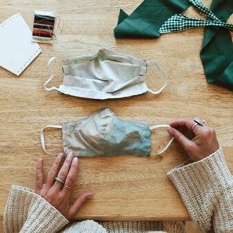 Frau, die während der coronavirus-pandemie eine diy-gesichtsmaske herstellt