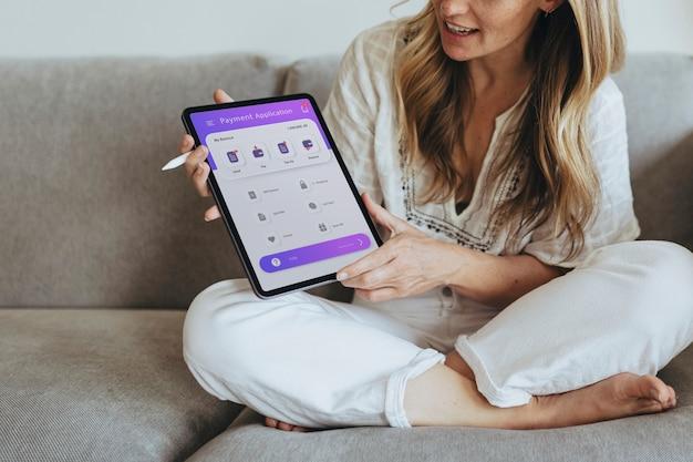 Frau, die während der coronavirus-quarantäne ein digitales tablet verwendet