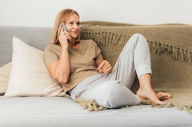 Frau, die während der quarantäne am telefon spricht