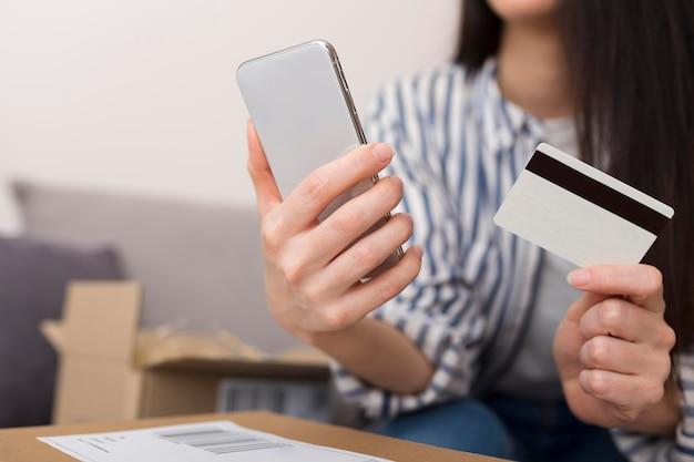Frau, die während des cyber-montag-ereignisses online kaufen möchte