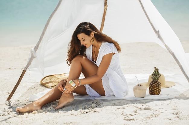 Frau, die während des urlaubs auf dem strand ruht