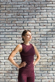 Frau, die während ihres yogatrainings stillsteht