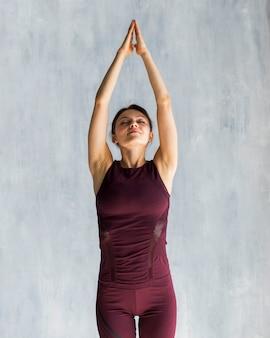 Frau, die während ihres yogatrainings verlängert