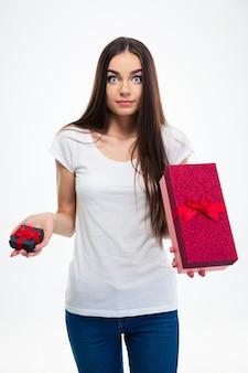 Frau, die wahl zwischen zwei geschenkboxen trifft