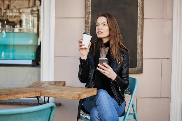 Frau, die warme und erfrischende tasse kaffee während des mittagessens genießt.
