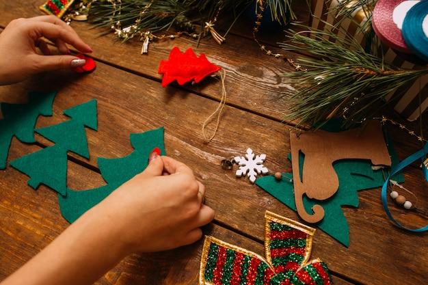 Frau, die weihnachten oder neujahrsdekor macht