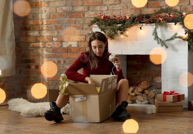 Frau, die weihnachtsdekoration zu hause vorbereitet