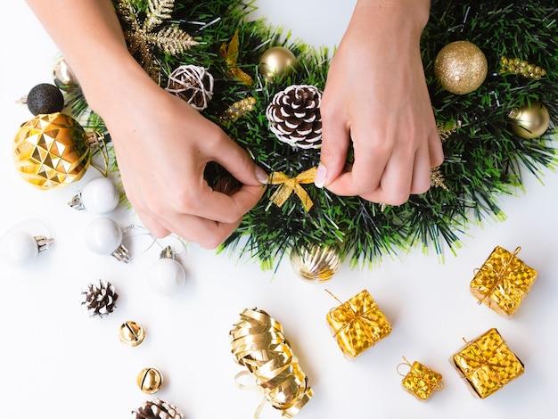Frau, die weihnachtsdekorationen bildet