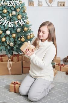 Frau, die weihnachtsgeschenk hält