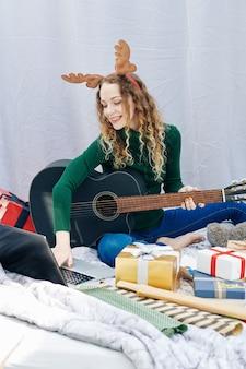 Frau, die weihnachtslied übt