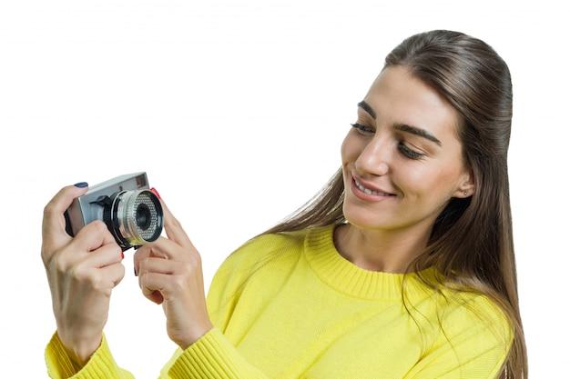 Frau, die weinlesekamera in ihren händen hält