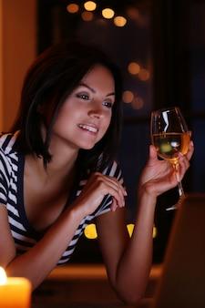 Frau, die weißwein trinkt
